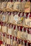 Primer de muchas tarjetas que desean de madera Fotos de archivo
