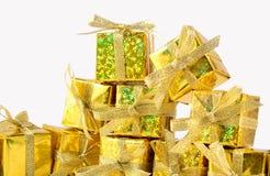 Primer de oro de los regalos en un blanco Imagen de archivo