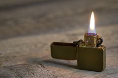 Primer de oro retro viejo del encendedor Imágenes de archivo libres de regalías