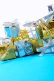 Primer de oro y de plata de los regalos en un blanco Imágenes de archivo libres de regalías