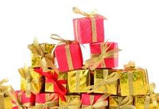 Primer de oro y rojo de los regalos en un blanco Foto de archivo libre de regalías