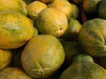 Primer de papayas hawaianas en el mercado de un granjero Imagenes de archivo