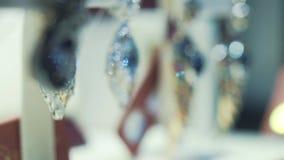 Primer de pendientes de oro de lujo y de encargo con las piedras preciosas que se colocan en el escaparate en joyería acci?n gold almacen de video