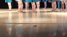 Primer de piernas femeninas de los bailarines que mueven el piso encendido de baile de la etapa almacen de video