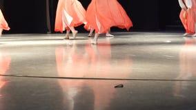 Primer de piernas femeninas de los bailarines que mueven el piso encendido de baile de la etapa almacen de metraje de vídeo