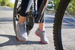 Primer de pies en los pedales una bicicleta Imágenes de archivo libres de regalías