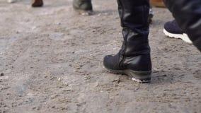 Primer de pies de la muchedumbre de gente en ciudad Las muchedumbres de pies humanos pisotean en nieve sucia en ciudad en inviern metrajes