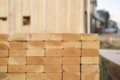 Primer de pilas de madera de construcción en un emplazamiento de la obra Fotografía de archivo