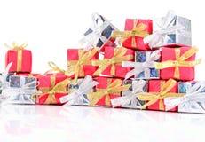 Primer de plata y rojo de los regalos en un blanco Foto de archivo libre de regalías