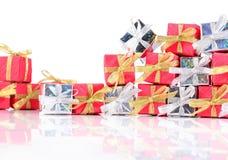 Primer de plata y rojo de los regalos en un blanco Fotografía de archivo