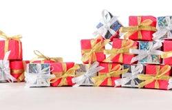 Primer de plata y rojo de los regalos en un blanco Fotos de archivo