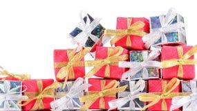 Primer de plata y rojo de los regalos en un blanco Fotos de archivo libres de regalías