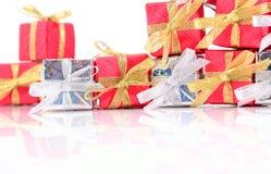 Primer de plata y rojo de los regalos en un blanco Imágenes de archivo libres de regalías