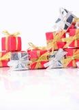 Primer de plata y rojo de los regalos en un blanco Imagenes de archivo