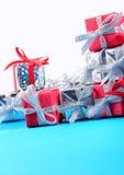 Primer de plata y rojo de los regalos en un blanco Imagen de archivo libre de regalías