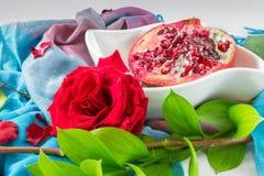 Primer de Pomengranate y de Rose roja Fotos de archivo libres de regalías