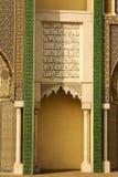 Primer de 3 puertas adornadas del latón y de la teja a Royal Palace en Fes, Fotos de archivo libres de regalías