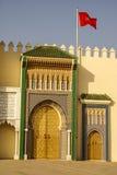Primer de 3 puertas adornadas del latón y de la teja a Royal Palace en Fes, Imagen de archivo