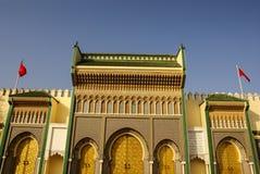 Primer de 3 puertas adornadas del latón y de la teja a Royal Palace en Fes, Foto de archivo