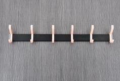 Primer de suspensiones en la pared gris del tablero de madera foto de archivo libre de regalías