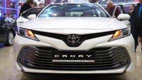 Primer de Toyota Camry del coche de parachoques en centro de venta auto con los clientes almacen de video