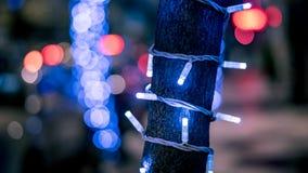 Primer de un árbol del Año Nuevo de la Navidad en la calle con el bokeh borroso Imagen de archivo libre de regalías