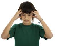 Primer de un adolescente con un dolor de cabeza, aislado en un b blanco Imagen de archivo