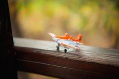 Primer de un aeroplano del juguete en el piso del woodden Fotos de archivo libres de regalías