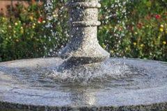 Primer de un agua que cae en la fuente imagen de archivo