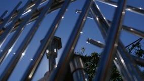 Primer de un alambre de la cerca del metal en fondo del cielo azul metrajes