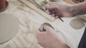 Primer de un alfarero principal, arcilla que corta la herramienta especial Cincel para la arcilla almacen de metraje de vídeo