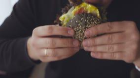 Primer de un antropófago joven una hamburguesa apetitosa almacen de video