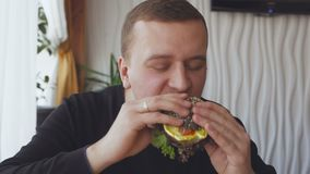 Primer de un antropófago joven una hamburguesa apetitosa metrajes