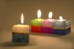 Primer de un arreglo de velas ardientes. Fotografía de archivo