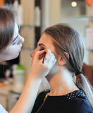 Primer de un artista de maquillaje que aplica maquillaje imagen de archivo libre de regalías