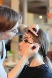 Primer de un artista de maquillaje que aplica maquillaje foto de archivo libre de regalías