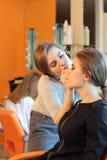 Primer de un artista de maquillaje que aplica maquillaje fotos de archivo libres de regalías