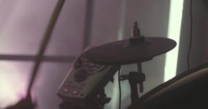 Primer de un batería durante un funcionamiento del concierto existencias Instrumento de percusión Batería anónimo Drumming en eta metrajes
