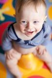Primer de un bebé-muchacho lindo que se sienta en un insignificante imagenes de archivo