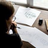 Primer de un calígrafo que trabaja en un proyecto imagenes de archivo