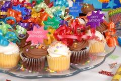Primer de un disco de las magdalenas adornadas con el feliz cumpleaños t Foto de archivo libre de regalías