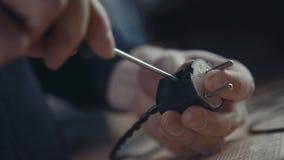 Primer de un electricista de la mano que trabaja en el cableado con un destornillador Foto de archivo