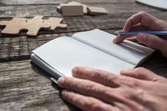 Primer de un estudiante que se inspira escribiendo ideas en su libreta imagen de archivo