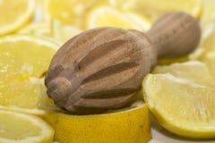 Primer de un exprimidor de madera del limón imágenes de archivo libres de regalías