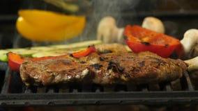 Primer de un filete asado a la parrilla cocinado así como verduras imagenes de archivo