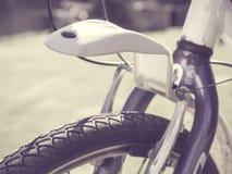Primer de un foco selectivo delantero de la rueda de bicicleta Imagen de archivo