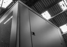 Primer de un gabinete alto del ordenador y del servidor del establecimiento de una red visto dentro de una fábrica fotografía de archivo