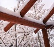 Primer de un gazebo de madera cubierto con nieve Imágenes de archivo libres de regalías