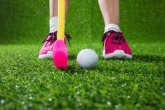 Primer de un golfista del niño con el putter y la bola Imagen de archivo libre de regalías