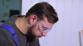 Primer de un hombre en las gafas todo en el trabajo almacen de metraje de vídeo